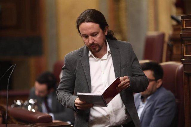El secretario general de Podemos, Pablo Iglesias, mira sus notas antes de su intervención en la sesión de control al Gobierno en funciones, en Madrid (España) a 11 de septiembre de 2019.