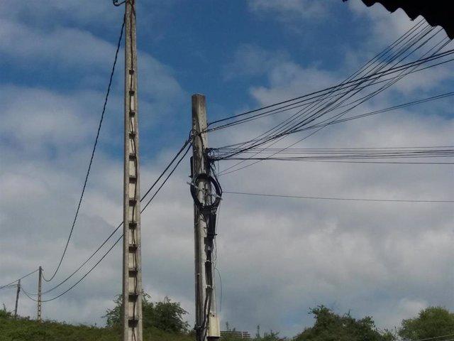 Cables de electricidad, poste de luz.