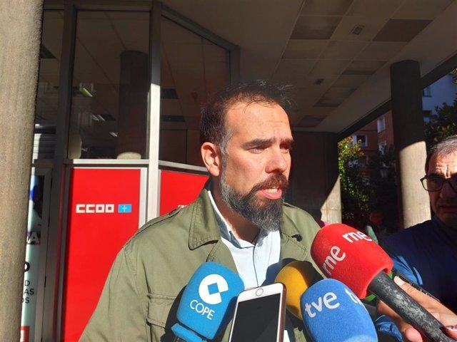 El Secretario General de CCOO de Asturias, José Manuel Zapico, atiende a los medios antes de participar en el Consejo Regional del sindicato.