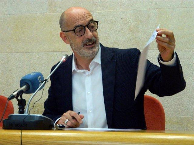 Félix Álvarez con el documento filtrado