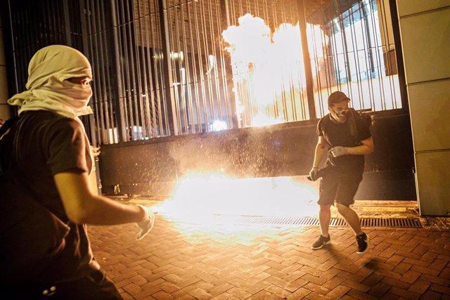 2 d'octubre del 2019 - Hong Kong, Xina: els manifestants llancen còctels Molotov a la policia en resposta per l'ús de munició real.