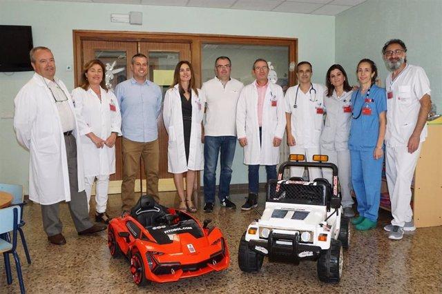 Foto de la entrega de los dos coches eléctricos de juguete para el traslado de menores a las salas de quirófano del Hospital Reina Sofía de Tudela