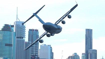 Un enorme avión de carga sobrevuela el espacio entre los rascacielos de Brisbane, Australia, en un impresionante vídeo