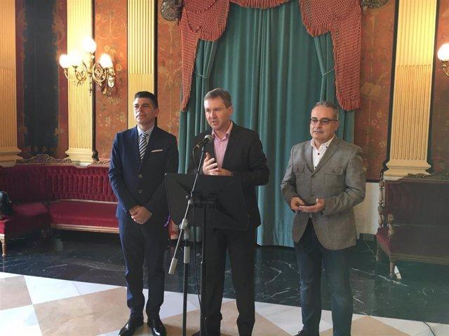 De izquierda a derecha: Vicente Marañón, portavoz municipal de Cs, Javier Lacalle, portavoz municipal del PP, y Ángel Martín, portavoz municipal de Vox.