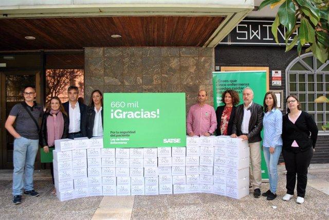 Los miembros de SATSE posando junto a las más de 660.000 firmas recogidas.