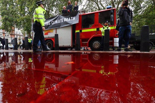 Activistas frente al Ministerio de Finanzas británico con un camión de bomberos