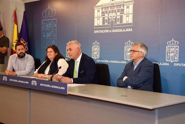 El presidente de la Diputación de Guadalajara, José Luis Vega, anuncia el ganador del Premio Leguineche