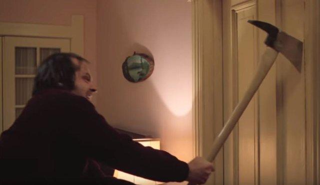 Jack Nicholson dando uso al objeto en 'El Resplandor'
