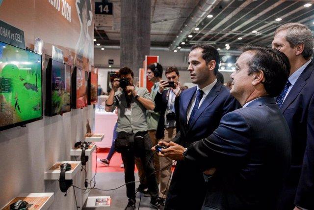 El vicepresidente de la Comunidad de Madrid, Ignacio Aguado juega en la inauguración de ` Madrid Games Week en la Feria de Madrid (IFEMA), en Madrid, a 3 de octubre de 2019.