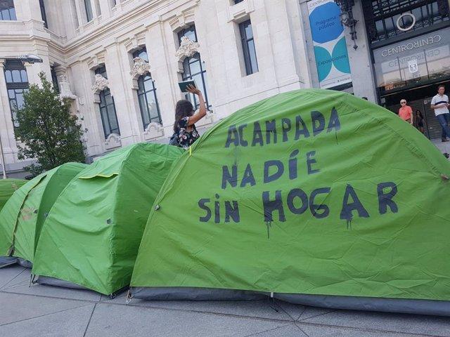 Imagen de recurso de varias tiendas de campaña frente al Palacio de Cibeles.