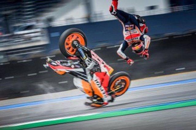 Marc Márquez con el patinete tras ser revisado de su caída en los libres del GP Tailandia 2019