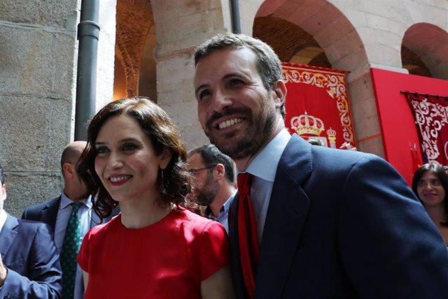 La nueva presidenta de la Comunidad de Madrid, Isabe Díaz Ayuso y el presidente del Partido Popular, Pablo Casado, posan juntos tras el acto de toma de posesión del cargo de Ayuso como presidenta de la comunidad.