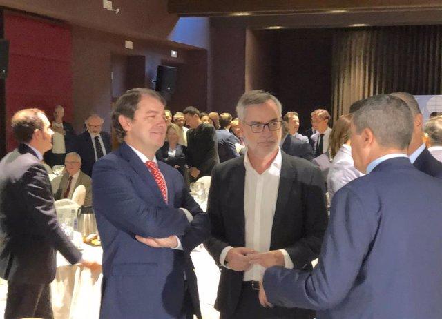 El secretario general de Cs, José Manuel Villegas, en el centro de la imagen, con el presidente de la Junta de Castilla y León, Alfonso Fernández Mañueco, en la izquierda de la imagen.