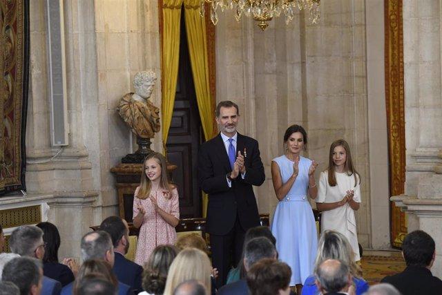 (I-D) La Princesa de Asturias, Leonor de Borbón, el Rey Felipe VI, la Reina Letizia Ortiz y la Infanta Sofía, aplauden durante el acto de imposición de condecoraciones de la Orden del Mérito Civil en el Palacio Real.