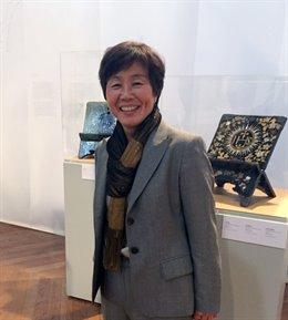 La investigadora Yayoi Kawamura frente a obras de arte de laca Nambán.