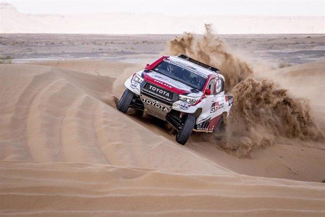 Fernando Alonso pilotando por las dunas