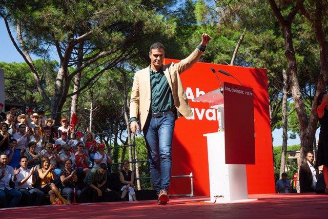 El president del Govern central en funcions, Pedro Sánchez, saluda en l'acte polític de la Festa de la Rosa del PSC, a Pineda de Gàva (Barcelona/Espanya) 29 de setembre del 2019.