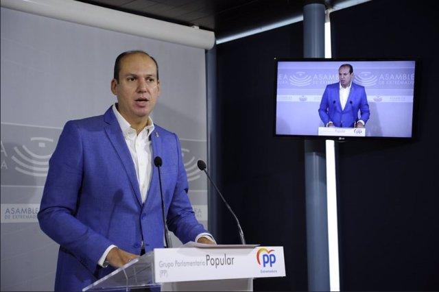El portavoz de Hacienda del PP, Luis Alfonso Hernández Carrón, en rueda de prensa en Mérida