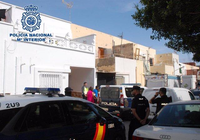 Agentes intervienen en la casa del presunto agresor y traficante
