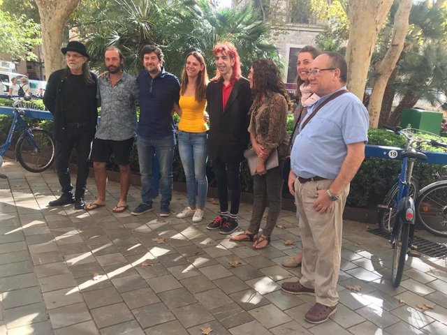 El regidor de Participació Ciutadana i Govern Interior, Alberto Jarabo, juntament amb artistes del carrer abans de la roda de premsa