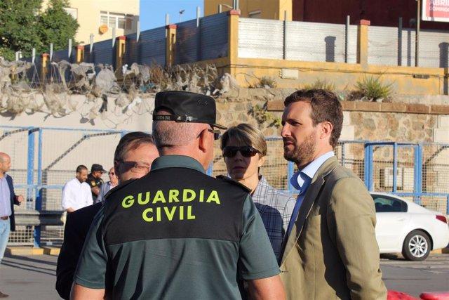 Pablo Casado, este viernes en la frontera del Tarajal, en Ceuta, con efectivos de la Guardia Civil
