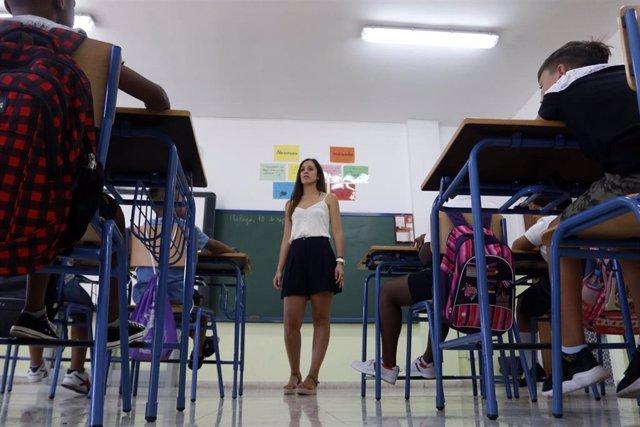 Una docente del colegio de Educación Infantil y Primaria 'Manuel Altolaguirre' de Málaga, en la apertura del curso escolar.