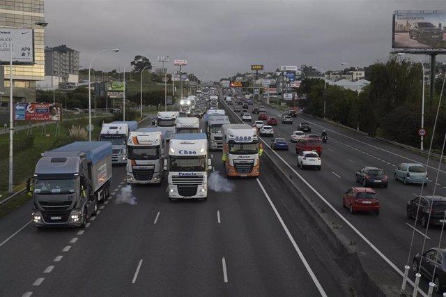 Una caravana de automóviles y camiones movilizada por la paralización de la central térmica de Endesa en de As Pontes se dirige desde esa localidad coruñesa hacia A Coruña en protesta por el parón, a 1 de octubre de 2019.