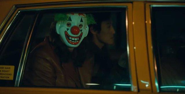 Uno de los seguidores enmascarados de Joker en la película