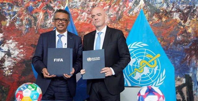El director general de la OMS, Tedros Adhanom Ghebreyesus, y el presidente de la FIFA, Gianni Infantino, durante la firma del acuerdo en la sede de la OMS en Ginebra (Suiza)