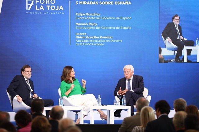 Els expresidents de Govern Mariano Rajoy (e) i Felipe González (d) mantenen una conversa sobre les Tres mirades sobre Espanya moderada per l'advocada especialista en dret de la Unió Europea, Míriam González.