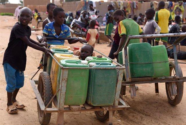 Niños desplazados por la violencia en Burkina Faso