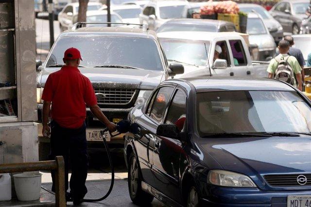 Empleado de gasolinera en Venezuela