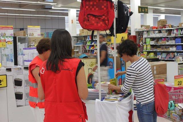 Carrefour entrega a Cruz Roja más de 4.000 euros en material escolar en favor de