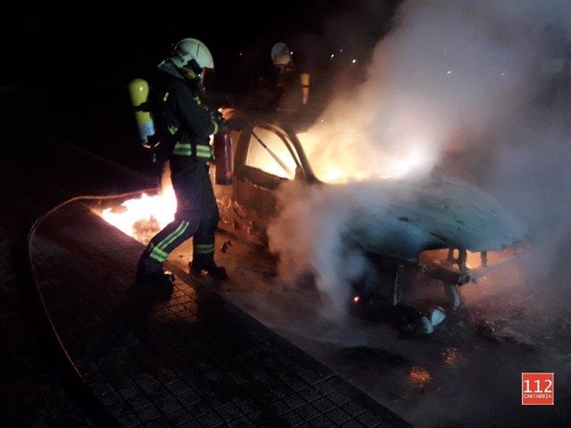 Extinción del incendio en el vehículo en Vargas