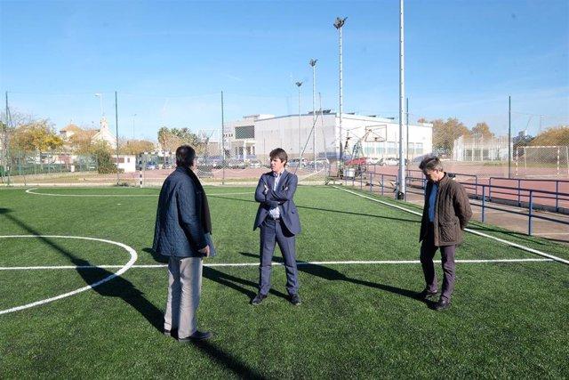 Imagen de archivo de una visita del vicepresidente del Instituto Municipal de Deportes y teniente de Alcalde de Deportes, David Guevara, al centro deportivo de San Jerónimo.