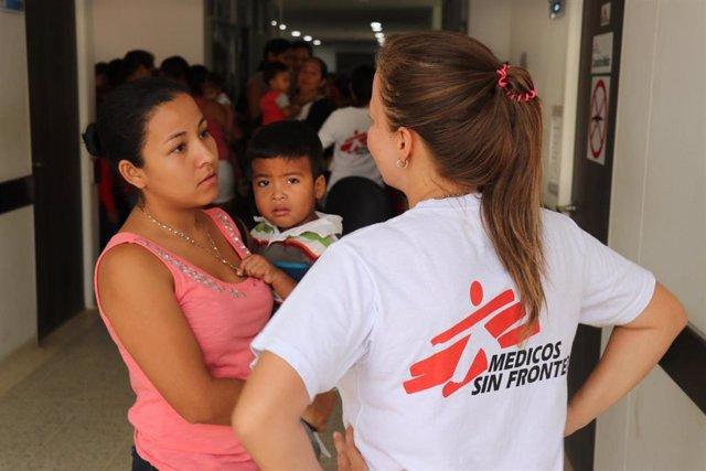 Una trabajadora de MSF habla con una mujer venezolana y su hijo
