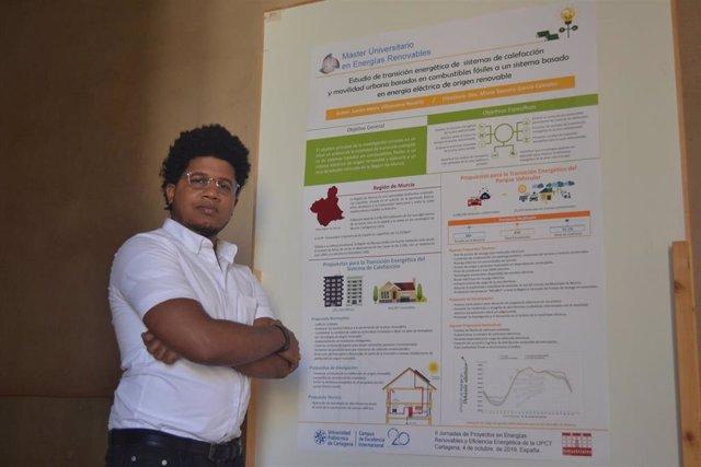 El ganador del premio al mejor póster, Junior Villanueva, con su trabajo