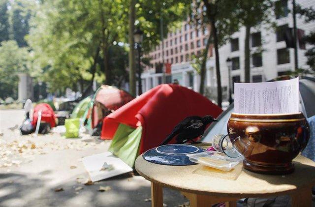 Imagen de archivo de la acampada de personas sin techo en el Paseo del Prado, en la ciudad de Madrid.