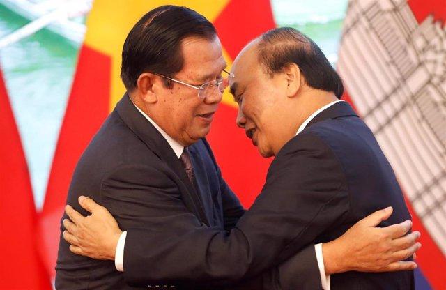 Primer ministro de Camboya, Hun Sen, y su homólogo vietnamita Nguyen Xuan Phuc