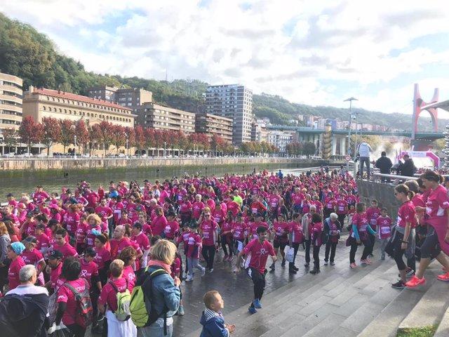 Unas 10.000 personas han recorrido las calles de Bilbao en la carrera solidaria organizada por Acambi para apoyar la investigación contra el cáncer de mama