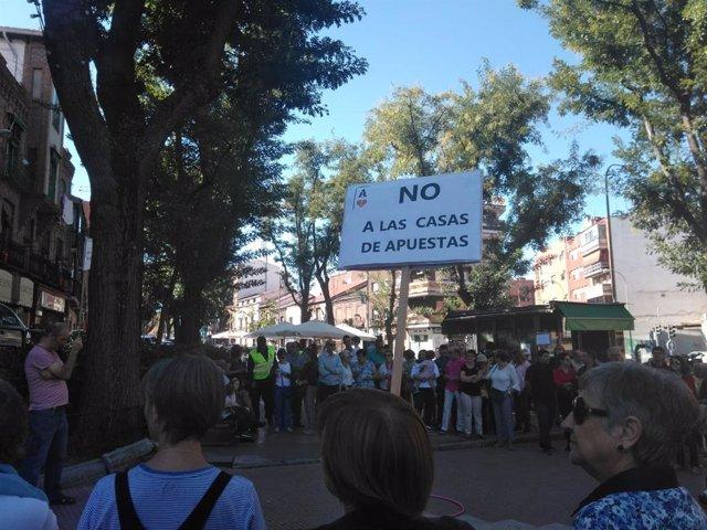 Vecinos de Carabanchel Alto se manifiestan contra las casas de apuestas por fomentar la ludopatía en jóvenes.