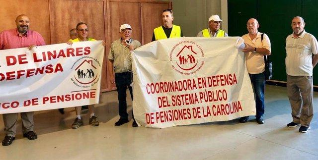 El parlamentario de Adelante Andalucía, José Luis Cano, -el primero de la imagen por la izquierda-, en el apoyo que ha dado este sábado a la Marcha en Defensa de las Pensiones.