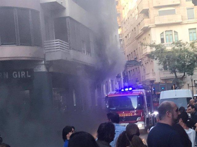 Extinguen un incendio que ha calcinado un pub del centro de Alicante