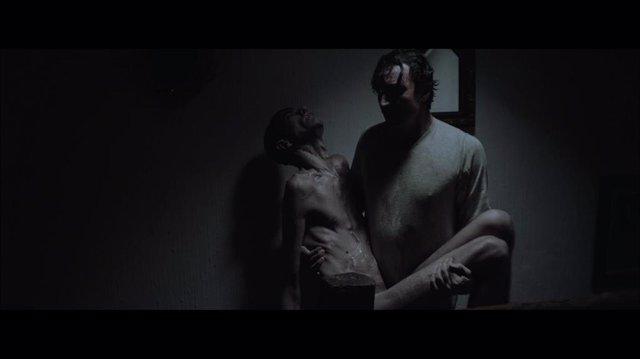 Javier Botet protagoniza la inquietante ópera prima 'Amigo' en el Festival de Sitges