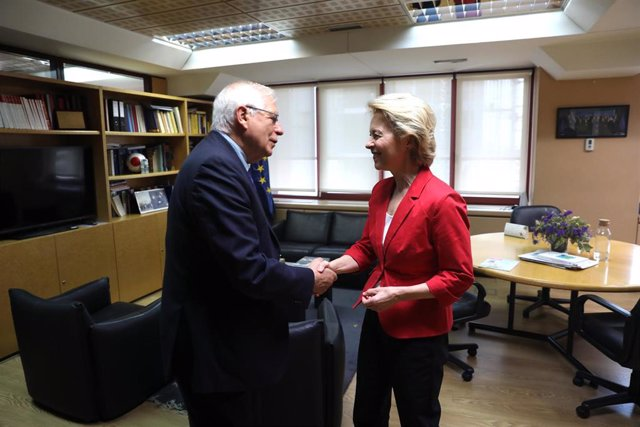 El ministro de Asuntos Exteriores, Unión Europea y Cooperación en funciones, Josep Borrell y la presidenta de la Comisión Europea, Ursula von der Leyen, se dan la mano tras su reunión en la sede de la Comisión Europea en Madrid.