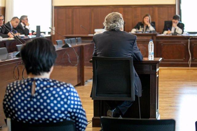 El expresidentes de Invercaria Tomás Pérez-Sauquillo y la que fuera administradora única de la empresa, Gracia Rodríguez Cortés,  en  la Audiencia Provincial de Sevilla para declaran en el juicio por la primera pieza separada de la causa.