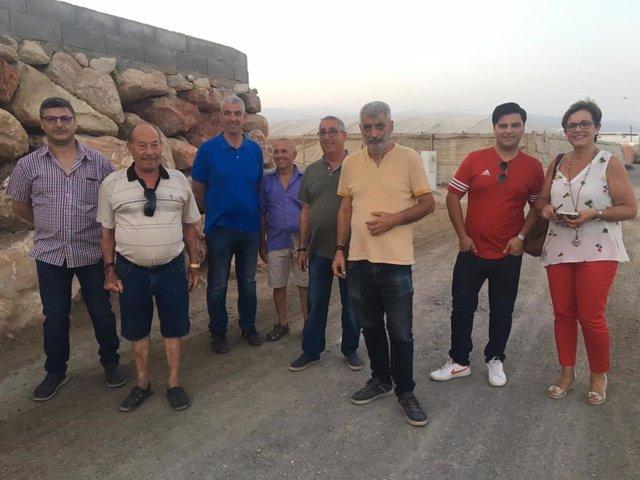 Imagen de la visita del Grupo Municipal Socialista a los vecinos de La Juaida en Almería.