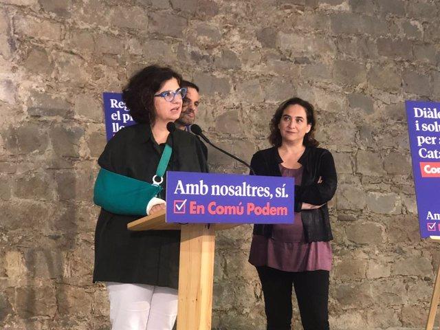 La historiadora Rosa Lluch, al costat de l'alcaldessa de Barcelona, Ada Colau.