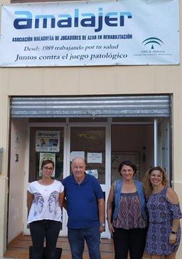 La portavoz de Adelante Málaga en la Diputación, Teresa Sánchez (i), se reúne con miembros de Amalajer