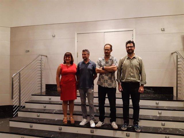 La consellera insular de Cultura, Patrimonio y Política Lingüística, Bel Busquets, entrega al escritor valenciano Paco Romeu el II Premio Mallorca de Dramaturgia.
